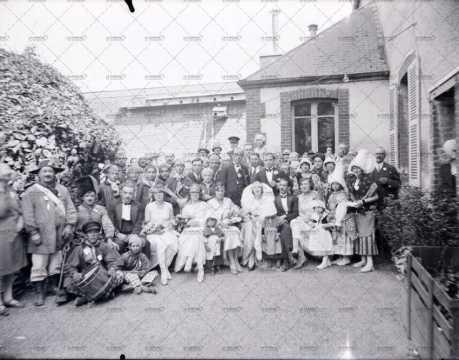 Photographie de groupe devant l'école