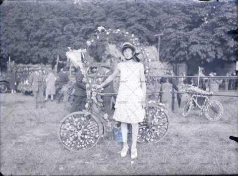 Jeune fille à la bicyclette décorée