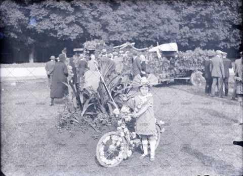 Enfant à la bicyclette fleurie