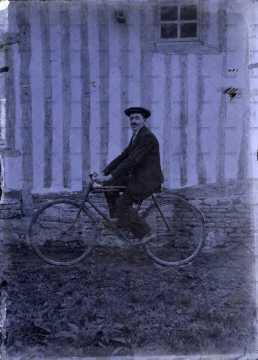Portrait d'un homme en vélo