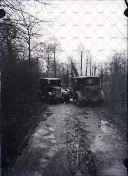 Accident de la route entre deux voitures anciennes