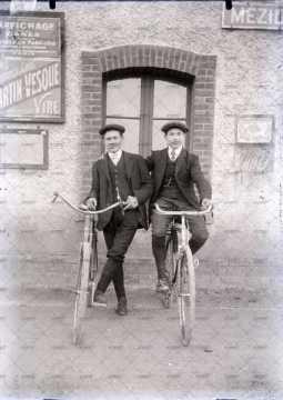 Portrait de deux cyclistes sur leurs vélos