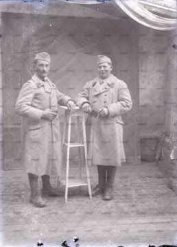 Portrait de deux jeunes militaires