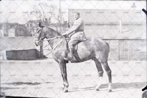 Portrait d'un militaire à cheval