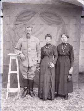 Portrait de deux femmes et un militaire