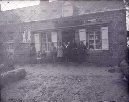 Photographie de groupe devant une maison