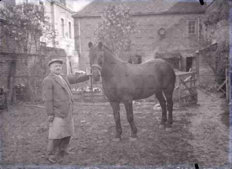 Un vieil homme et son cheval