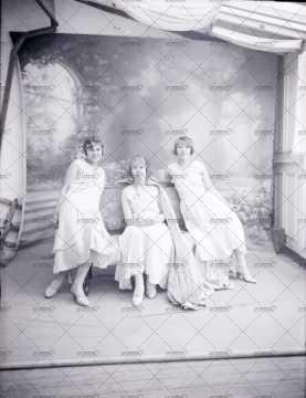 Portrait de trois jeunes femmes