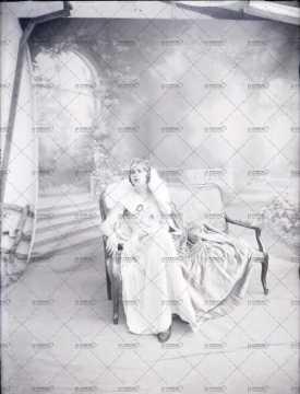 portrait de femme assise sur une banquette