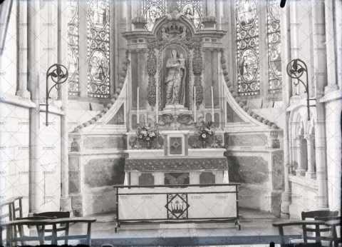Intérieur de l'église, autel