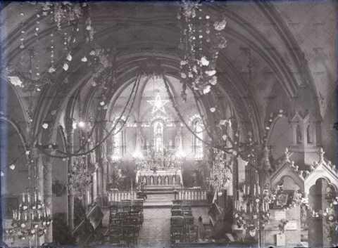 Intérieur d'église, autel