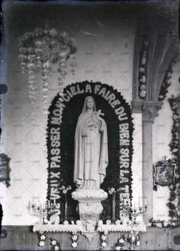 Intérieur d'église, statue de la Vierge