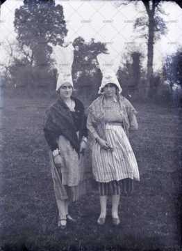 Portrait de jeunes filles en costume régional