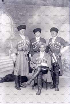 Portrait d'hommes en costume cosaque