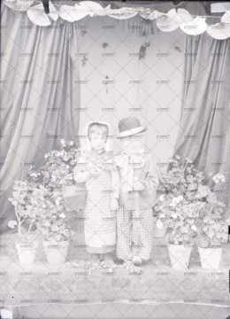 Portrait de deux enfants déguisés
