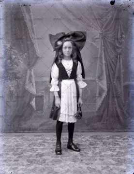 Portrait d'une enfant en costume traditionnel