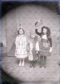 Portrait de trois enfants déguisés