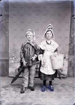 Portrait de deux enfants vêtus du costume normand