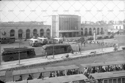 Bus et trains devant la gare caennaise