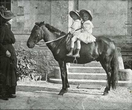 Belle époque, deux enfants sur un poney