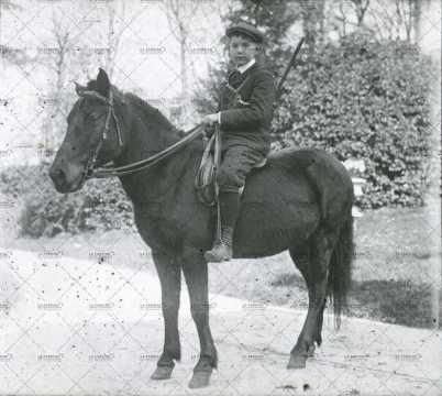 Un enfant sur un poney