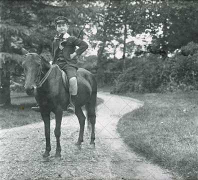 Portrait d'un enfant à cheval