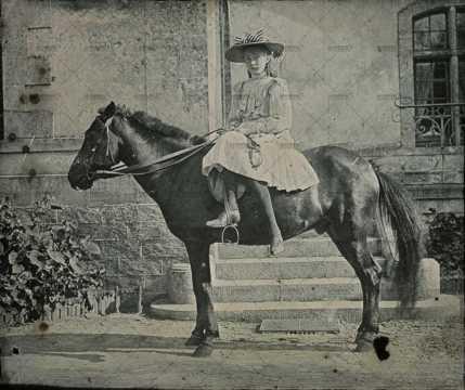 Portrait d'une jeune fille à cheval