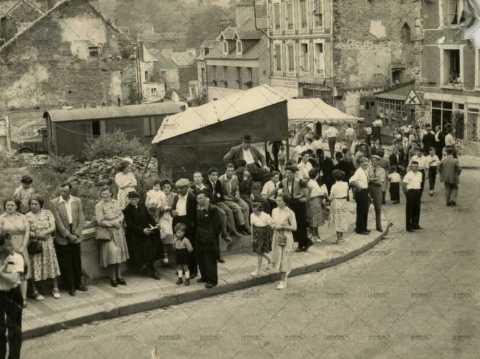 Spectateurs attendant le défilé
