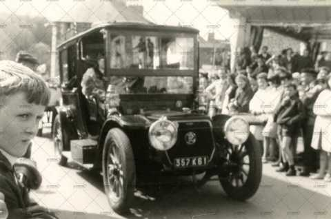 Voiture ancienne dans les rues de Pont-d'Ouilly