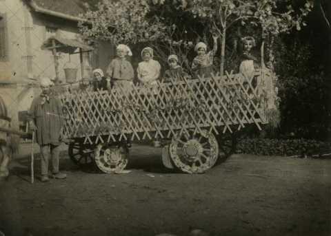Enfants habillés en costume folklorique normand dans une charrue à Pont-d'Ouilly