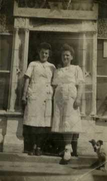 Portrait de deux femmes en tablier