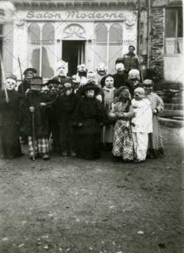Enfants déguisés devant le salon moderne