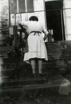 Femme actionnant la pompe à eau