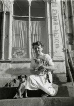 Femme posant avec son chien et son chat