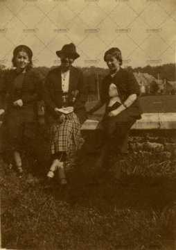 8 septembre 1938, portraits de femme élégantes à Pont d'Ouilly
