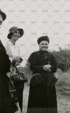 Portrait de trois femmes endimanchées