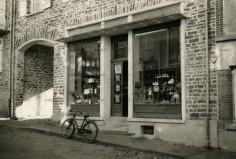 Vitrine de magasin à Pont d'Ouilly