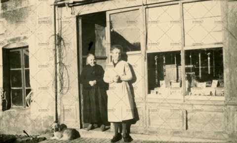 Femmes devant une vitrine de magasin