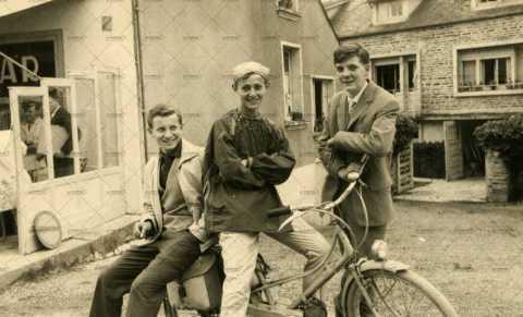 Portrait de trois adolescents sur une bicyclette