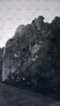 Enfants devant un rocher
