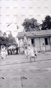Spectacle devant un baraquement provisoire