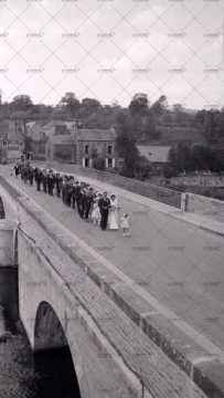Défilé des mariés sur le pont sur l'Orne