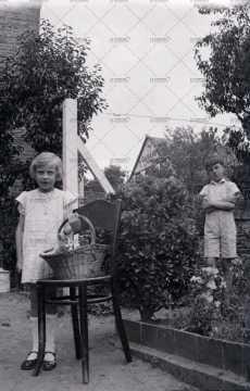 Enfants au jardin à Pont-d'Ouilly