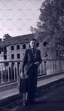 Portrait d'un homme devant l'usine Landry