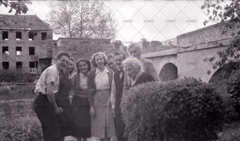 Groupe devant les ruines de l'usine Landry
