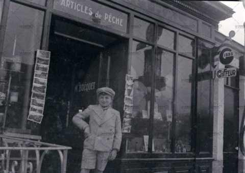 Garçon devant une vitrine d'épicerie