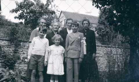 Photographie de groupe, autour d'un communiant
