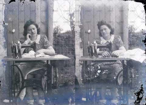 Femme à la machine à coudre
