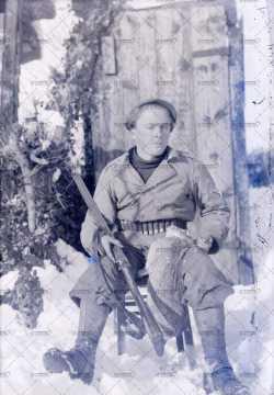Portrait d'un soldat avec un fusil (résistant?)