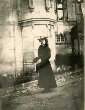 Femme devant Château Fontaine-Henry